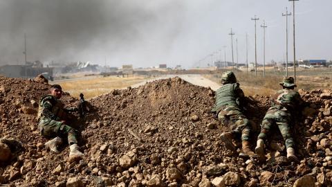 Kurdiska styrkor utanför en av byarna som omger Mosul. Bild: AP