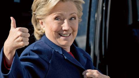 Resultat av förtidsrösterna i amerikanska valet pekar på seger för Hillary Clinton. Bild: Andrew Harnik/TT