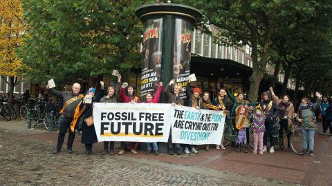 Organisationen Fossil Free i en manifestation under påvens Sverigebesök.  Bild: Privat