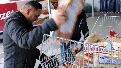På ruttens första stopp får matbanken säckvis med bröd med kort datum.   Bild: Lisa Karlsson