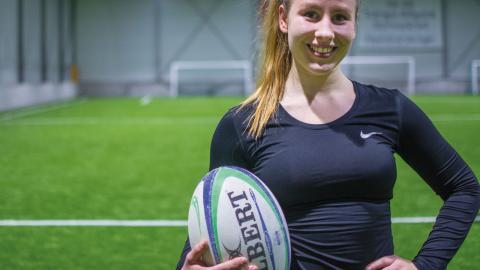Lisa Lindskog har spelat rugby i ett år, men är redan med i U18-landslaget. Nu tränar hon hårt för att nå det riktiga landslaget.  Bild: Lucas De Vivo