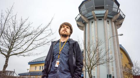 Gabriel Odenhammar är barnskådespelaren som växte upp och valde en helt annan väg. I dag leder han flygtrafik på Östgöta kontrollcentral.   Bild: Johan Ekfeldt