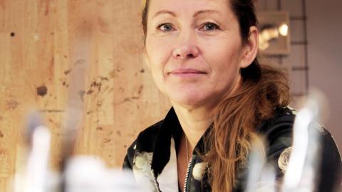 """""""Jag målar jämt. Från morgon till kväll. Under vintern här i ateljén, men så fort de blir varmare målar jag i trädgården"""", säger konstnären Marie Åkerlund.  Bild: Lisa Karlsson"""