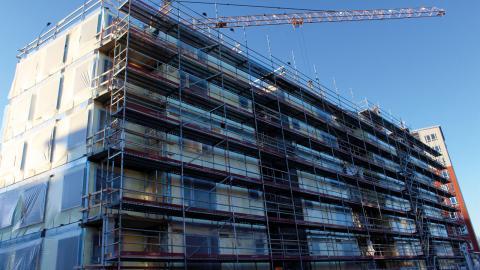 Det byggs nytt och renoveras på flera håll i Norrköping, men trots det är bostadsbristen stor. Det som mest behövs är bostäder för unga och nyanlända.  Bild: Lisa Karlsson