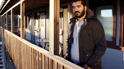 Ghassan Sawaya är en av de som bor i modulbostäderna i Ljura. Här delar han en etta med kokvrå med en annan man. Han vill just nu inget hellre än att flytta till en egen bostad, så att han kan börja sitt svenska liv på riktigt.   Bild: Lisa Karlsson