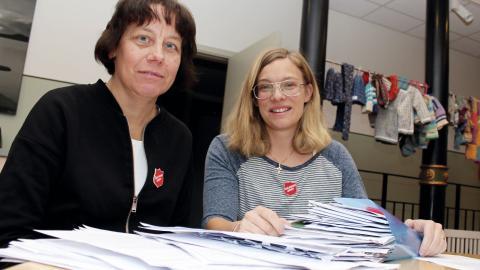 Christina Bjernhagen och Sara Beijer på Frälsningsarmén i Norrköping hoppas inte          bara kunna bidra ekonomiskt till en god jul för behövande utan även till julefrid i hjärtat.  Bild: Lisa Karlsson