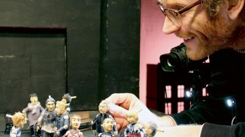 """Erik Holmström med uppsättningen av miniatyrskådisar. """"Föreställningen är mer gåtfull och fantasirik än de vi tidigare har gjort"""", säger han. Bild: Jenny Wickberg"""