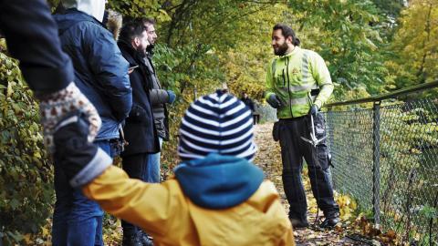 Många lördagsflanerare stannar till och kollar när Jocke fiskar skrot i Strömmen.   Bild: Johan Ekfeldt