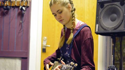Felicia Johansson spelar in sång och gitarr med bandet Villovägar. Bild: Johannes Melender