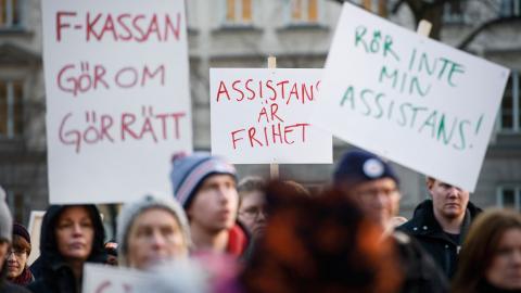 En manifestation hölls på Norra latins skolgård i Stockholm och på flera andra ställen runt om i Sverige mot nedskärningarna av personlig assistans.  Bild: Janerik Henriksson/TT