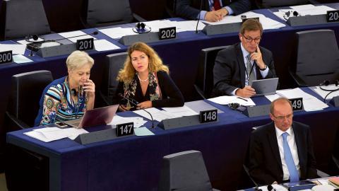 Cecilia Wikström (FP) andra till vänster i EU-parlamentet i Strasbourg.  bild FREDRIK PERSSON/TT