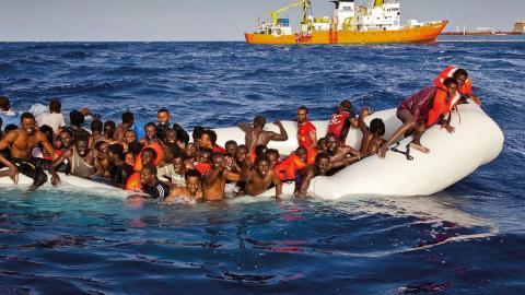 De stora träbåtarna vi såg 2014 och 2015 har i stor utsträckning ersatts av billiga gummibåtar. Bilden är från en räddningsoperation utanför Lampedesa tidigare i år. Bild: Patrick Bar/TT