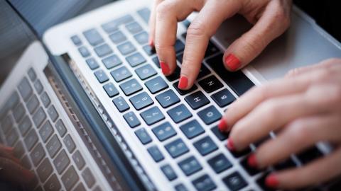 """""""Syftet med kampanjen är att skapa debatt om hatet på nätet genom att göra det på ett positivt sätt"""", skriver debattören.  Bild: Izabelle Nordfjell/TT"""