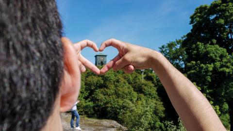 Under en vecka i juni fick 17 ensamkommande ungdomar experimentera med kameror. Resultatet blev utställningen Mitt möte med Sverige.  Bild: Younes