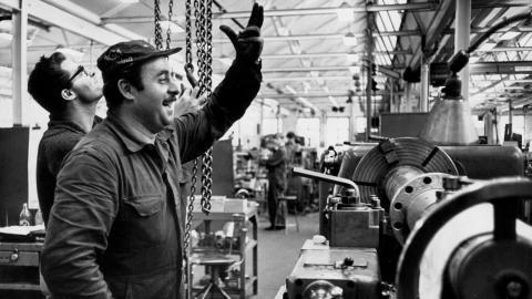 Agas verkstäder på Lidingö arbetar italienska Luciano Veschetti som svarvare 1965. De svenska rekordåren under åren 1950 till slutet på 1960-talet hade inte varit möjliga utan arbetskraftsinvandring. Bild: TT