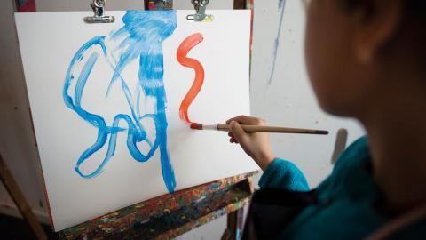 """""""Vad skulle hända med barn om vi satsade på estetisk verksamhet i första hand i skolan, och vävde in det andra lärandet i detta?"""", skiver debattören.  Bild: Vilhelm Stokstad/TT"""