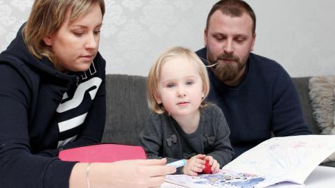 Disa Nilsson, två år, var hemma på heltid med sin mamma Anna Hjalmarsson tills hon var sju månader. Hennes pappa Fredrik Nilsson har varit föräldraledig i en månad plus lite strödagar.  Bild: Lisa Karlsson