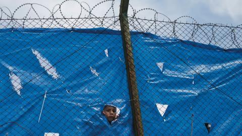 En afghansk pojke i ett grekiskt flyktingläger.  Bild: Petros Giannakouris/AP/TT