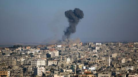 Rök efter en israelisk raketattack i Gaza i oktober förra året.  Bild: Khalil Hamra/AP/TT