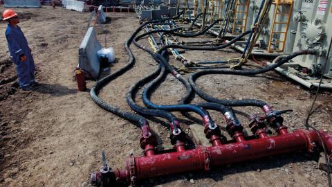 Arbetare övervakar pumparnas tryck och temperatur på ett frackingområde utanför Rifle i västra Colorado.  bild: tt