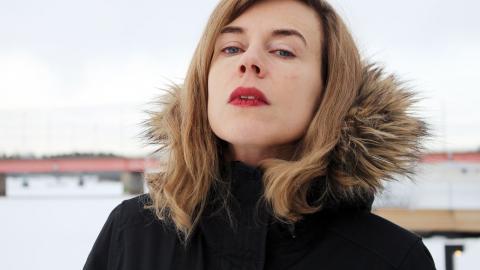 """""""Oftast är det delvis självupplevt och delvis fiktion. Men nu handlar låtarna mer om mig. Det känns heller inte längre som om jag kissar på hela kvinnosläktet för att jag sjunger om att få barn"""", säger Annika Norlin.  Bild: Liselott Holm"""