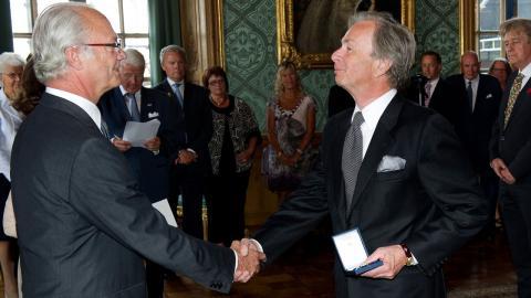 Patrik Engellau (till höger) är ordförande för tankesmedjan Den nya välfärden. Här tilldelas han kungens medalj i 8:e storleken i serafimerordens band.  Bild: Jonas Ekströmer/TT