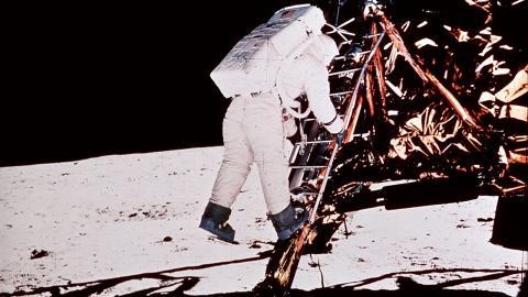 Första raketen till månen 1969. Raketposten väntar vi fortfarande på.  Bild: TT