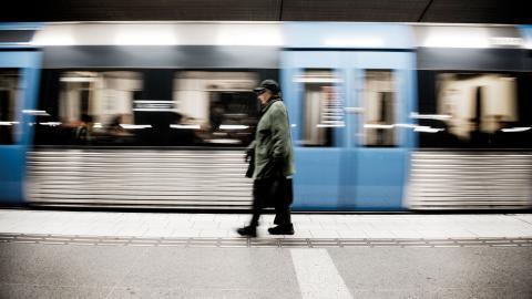 En medelinkomsttagare skulle spara 504 kronor i månaden på att betala kollektivtrafiken via landstingsskatten jämfört med månadskortet.  Bild: Malin Hoelstad/SvD/TT