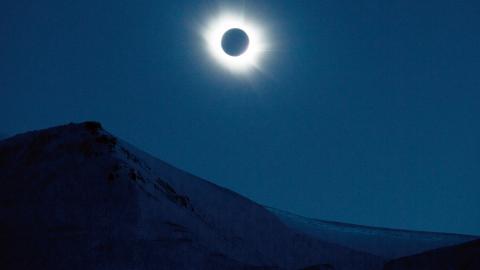 Solförmörkelse över Svalbard 2015. Bild: Håkon Mosvold Larsen/TT