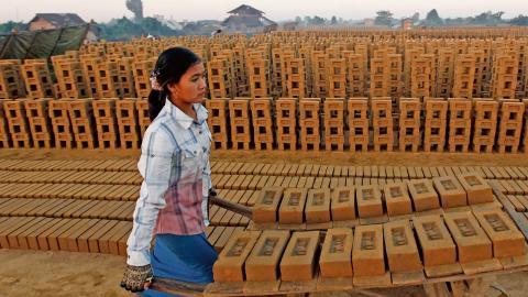 En kvinna arbetar på ett tegelbruk i Burma. FN-organet ILO beräknar att antalet arbetslösa i världen under året kommer att öka med ytterligare 3,4 miljoner.  Bild: Aung Shine Oo/TT