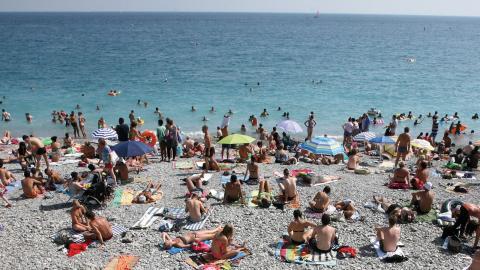 De flesta som är på semester vill bara koppla av och inte tänka på hur resan  påverkar människor och miljö.  Bild: TT