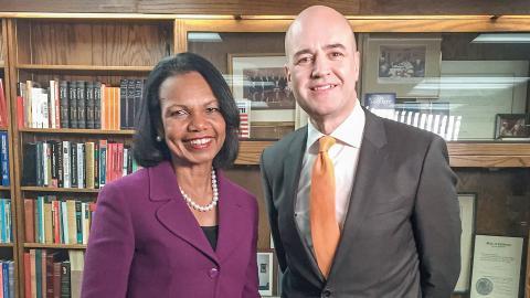 Sveriges förra statsminister Fredrik Reinfeldt samtalar med Condoleezza Rice, USA:s före detta utrikesminister i SVT:s serie Toppmötet. Bild: SVT