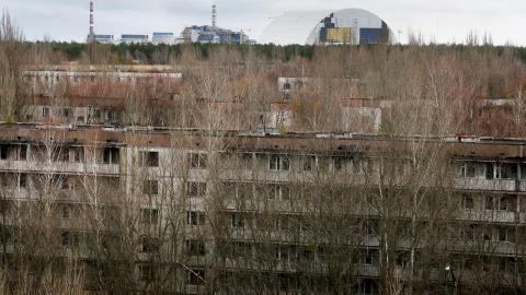 Den pågående inkapslingen av resterna av den fjärde reaktorn i Tjernobyl 30 år efter katastrofen.   Bild: TT