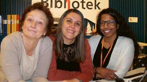 Marie Gustavsson, Amina Kahriman Ustamujic och Gabriella Nilsson Ringqvist tycker att biblioteket mitt i centrum är en bra idé, men efterlyser ett tyst rum för besökarna.  Bild: Eva Bergstedt