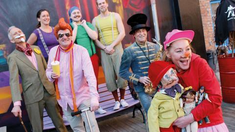 På sportlovet ges två barnteaterföreställningar om dagen på Teater Bråddgatan 34. Här några av medlemmarna        i Teater Imba, Teater Pelikanen och Musikteater Gulasch.  Bild: Lisa Karlsson