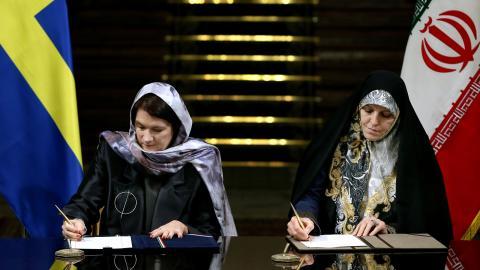 EU- och handelsminister Ann Linde (S) bär slöja när hon skriver under avtal med Irans vice president för kvinno- och familjefrågor, Shahindokht Molaverdi. Bild: Ebrahim Noroozi/TT