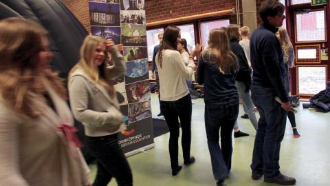 I samband med projektets kick off i SMHI:s lokaler fick eleverna från Kunskapsgymnasiet en visning om klimat i en geodom, en mobil uppblåsbar visualiseringsbiograf.  Bild: Lisa Karlsson