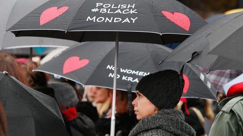 Idag har Polen en av Europas mest restriktiva abortlagar och polska kvinnor söker nu hjälp i utlandet för att kunna göra abort. Förra året lades ett förslag om totalt abortförbud i Polen, men tack vare omfattande protester gick inte lagförslaget igenom. Bild: Czarek Sokolowski/AP/TT