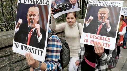 Protesterna mot Donald Trumps inreseförbud har varit massiva världen över. BBC:s brittiske journalist Ali Hamedani tas emot på Chicagos internationella flygplats efter att ha blivit förhörd i flera timmar, Bild: Vincent Yu/TT/AP
