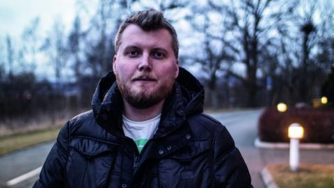 Johnny anställdes av Teleperformance Nordic för att jobba med Boxers      kundtjänst från Malta, men slutade efter två veckor på grund av arbetsförhållanden, nu krävs han på €1,500 i ersättning.