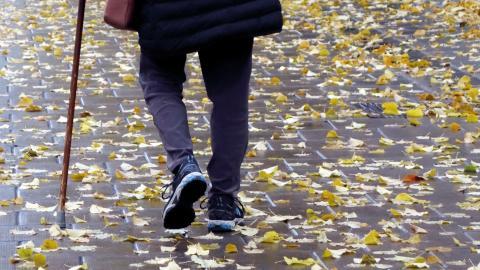 För den pensionär som bidrog till att förverkliga det välfärdssamhälle som varit ett signum för Sverige kan det kännas lite udda att bli tackad för dagens högerstyrda samhälle.  Bild: TT