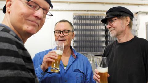 Westerbottens bryggeri tillverkar just nu fyra öl och ett par sorter till är på gång. Anders Karlsson och Kent Gustafsson smakar av från en av tankarna.  Bild: Liselotte Holm