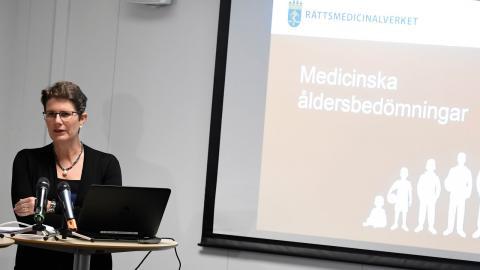 Monica Rodrigo, generaldirektör för Rättsmedicinalverket, då hon förklarade medicinska åldersbedömningar, 2016. Bild: Marcus Ericsson / TT