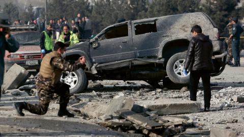 För två år sedan lämnade huvuddelen av de USA-ledda internationella styrkorna landet och med det säkerhetsansvaret till den afghanska staten. Sedan dess har våldet eskalerat kraftigt. Idag råder det väpnad konflikt i så gott som alla landets provinser.   Bild: Rahmat Gul/TT