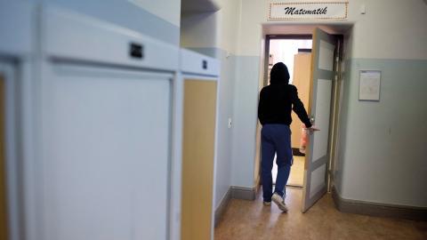 """""""Mitt dåliga mående gick ut över skolan, och jag började missköta mig. Det gick så långt att jag ville ta livet av mig"""", säger Johannes. I vår går Johannes ut grundskolan utan betyg.  Bild: Jessica Gow/TT"""