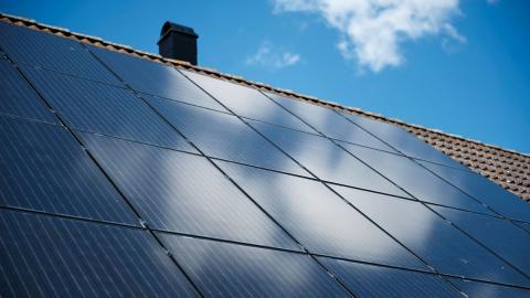 """""""Gör en översyn av samtliga tak i kommunen som underlag för att fastställa och klargöra utvecklingspotentialen för solcellsutbyggnad"""", skriver debattören.  Bild: TT"""