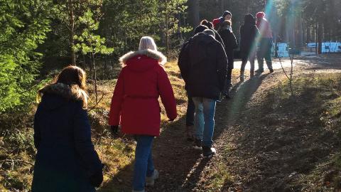 """Projektet """"Alla i naturen"""" som syftar till att få fler att upptäcka naturen och röra sig mer i skog och mark är ett av en lång rad projekt som har samlats under resurscentrets paraply i Klockaretorpet.  Bild: Marie Andersson"""