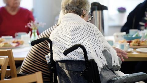 Man kan aldrig se våra äldre som varor på en marknad, menar oppositionsrådet Mona Olsson (V).  Bild: Fredrik Sandberg/TT