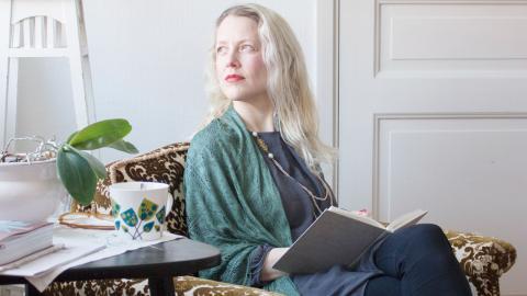 Anna Sundström Lindmark är en av de fyra kvinnor som har startat skrivrörelsen Write Your Self, nätbaserade kurser med syfte att få människor runt hela världen att skriva ner sina trauman för att kunna släppa dem, bygga upp sig själv och gå vidare.  Bild: Johanna Lindqvist