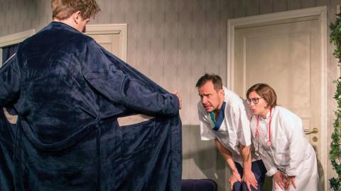 I årets fars på Lerbäcks teater går det mesta fel och det är mer skruvat än någonsin. Ida Steén, (ovan) spelar de två huvudrollerna.  Bild: Lerbäcks teater